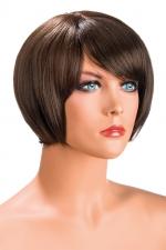 Perruque Mia châtain : Perruque châtain aux cheveux courts en carré avec mèche ayant un aspect actuel.